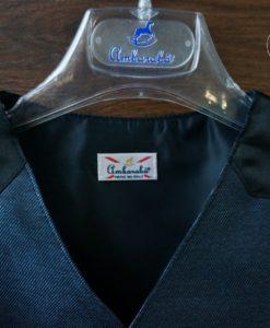 На плечах жилет обшит тканью черного цвета