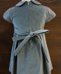 На талии платье регулируется с помощью пояса, который завязывается на бант