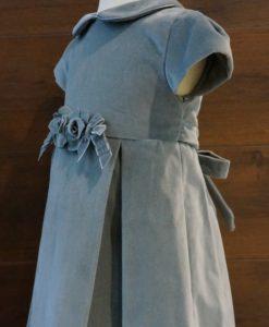 Расклешенный крой платья от линии талии